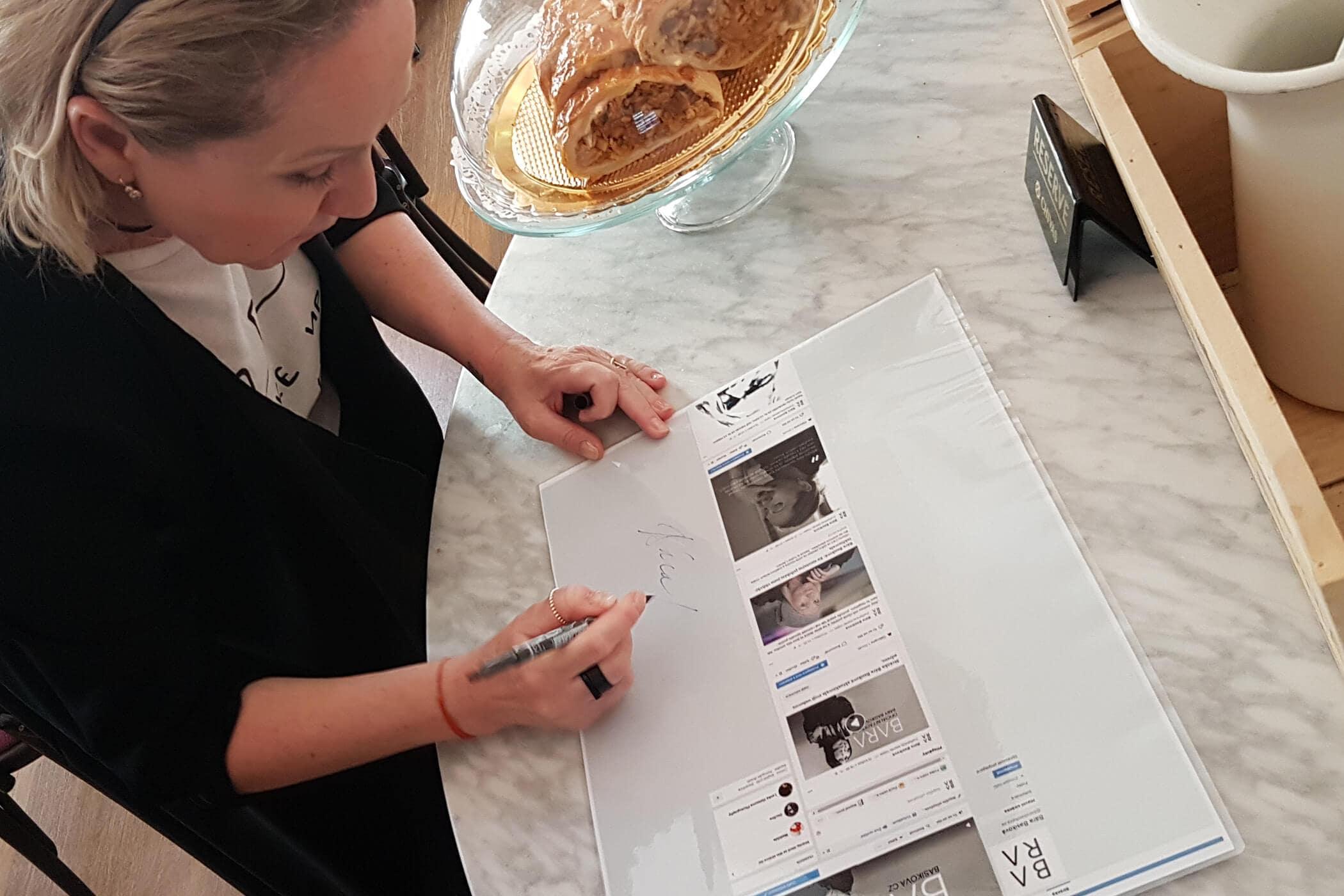 Bára podpisem stvrzuje start své oficiální facebookové strínky a webu