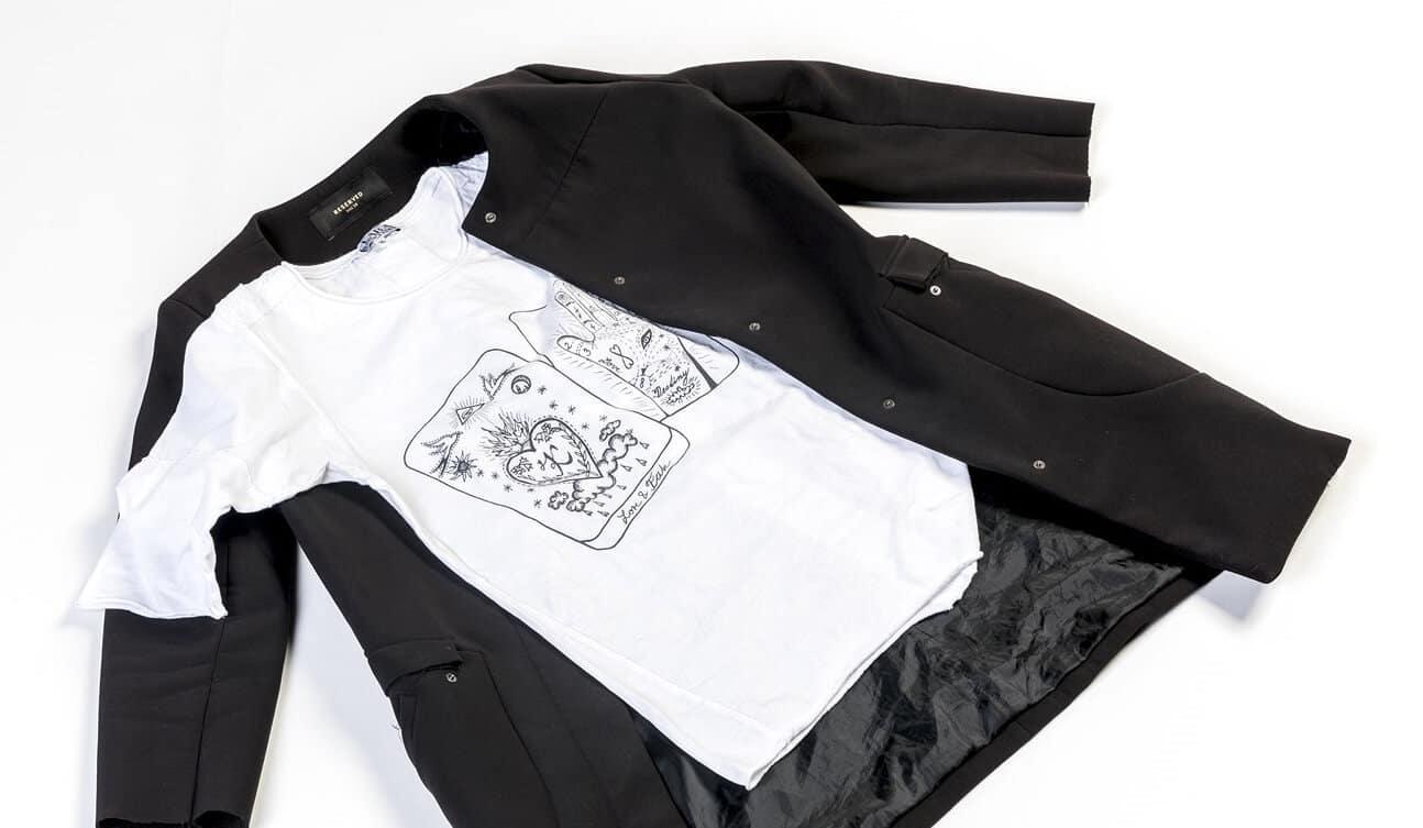 Černý kabát dříve patřil zpěvačce Báře Basikové, tričko topmodelce Tereze Maxové. Obojí můžete pořídit na Jarmarku. Foto: Petr Topič, MAFRA